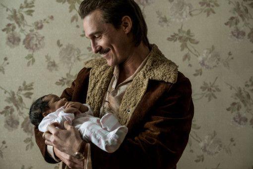 Stolzer Opa: Richard Wershe Sr. (Matthew McConaughey) mit dem Baby seines Sohnes.