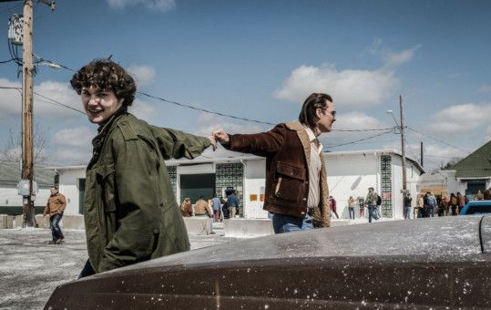 Auf einer Waffenmesse hoffen Richard Wershe Sr. (Matthew McConaughey, rechts) und sein Sohn Rick (Richie Merritt) auf gute Geschäfte.
