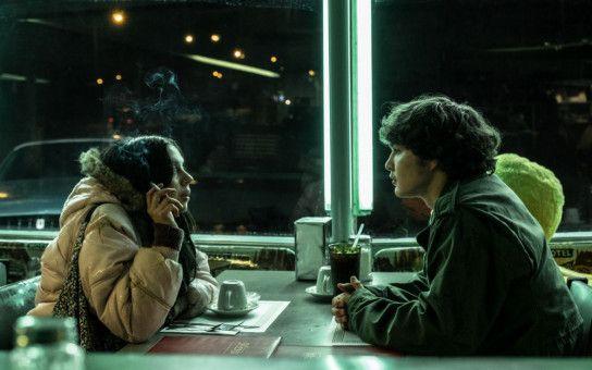 In einem Diner versucht Rick (Richie Merritt) seine dorgensüchtige Schwester (Bel Powley) davon zu überzeugen, wieder zu ihm und seinem Vater zu ziehen.
