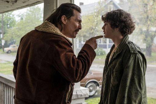 Waffenhändler Richard Wershe Sr. (Matthew McConaughey, rechts) erklärt seinem Sohn Rick (Richie Merritt) sein bisweilen verqueres Weltbild.