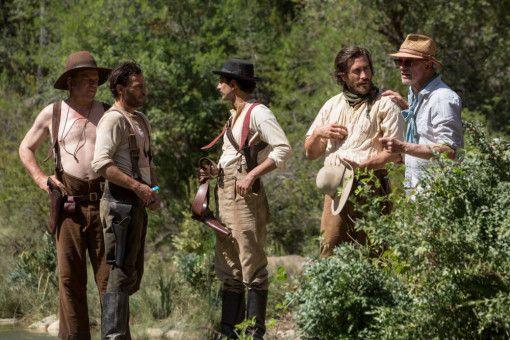Gedreht wurde an Schauplätzen in Rumänien und Spanien, von links: John C. Reilly, Joaquin Phoenix, Riz Ahmed, Jake Gyllanhaal und Regisseur Jacques Audiard.