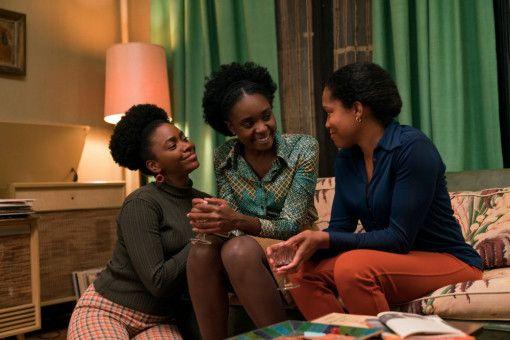 Tish (KiKi Layne, Mitte) lebt mit ihrer Schwester Ernestine (Teyonah Parris, links) und ihrer Mutter Sharon (Regina King) im ärmlichen Harlem.