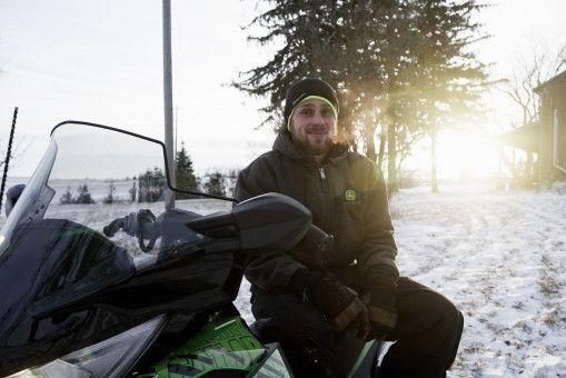 Freddy fährt gerne Snowmobil, Motorcross und Pickup. Der gelernte Mechaniker kümmert sich auch um die Reparatur und Instandhaltung größerer Maschinen. Freddy wünscht sich eine sportliche und hübsche Frau, mit der er seinen Alltag auf dem Hof teilen kann.