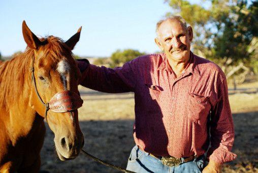 Rainer (60) aus Australien. Er wurde in Australien geboren und lebt alleine auf seiner Ranch, seine Mutter wohnt mehrere Stunden entfernt. Der 60-Jährige arbeitet hauptberuflich als Autoschlosser und repariert landwirtschaftliche Maschinen, nach Feierabend kümmert sich der Cowboy dann leidenschaftlich um seine Farm.