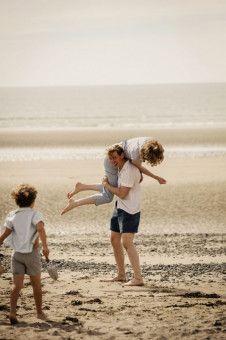 Bert (David Kross) und Margaret (Freya Mavor) genießen unbeschwerte Stunden am Strand.