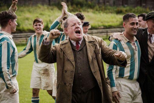 Trainer Jack Friar (John Henshaw) ist sich sicher: Bert hat eine große Zukunft als Torwart.