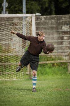 Bert Trautmann (David Kross) wird vom Platz weg für eine Fußballmannschaft verpflichtet.