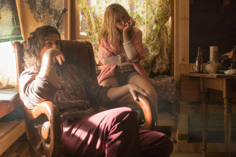 Bandenanführer Silas (Toby Kebell, links) und seine Freundin Petra (Tatiana Maslany) planen einen großen Coup. Zu groß für die Kleinganoven.