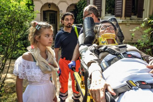 Als ihre Oma (Barbara Sukowa) ins Krankenhaus muss, ist Rocca (Luna Marie Maxeiner, links) ganz auf sich allein gestellt.