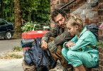 Rocca (Luna Marie Maxeiner) hat ein großes Herz - auch für Obdachlose wie Caspar (Fahri Yardim).