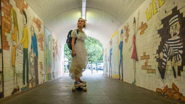 Rocca (Luna Marie Maxeiner) hat keine Lust auf Hausaufgaben. Lieber fährt sie mit dem Skateboard durch die Stadt.