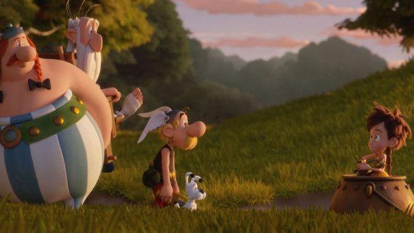 Asterix und Obelix finden Vitrine in Miraculix' Kessel.