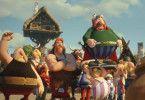 Asterix steht den Dorfbewohnern um Verleihnix, Automatix und Majestix gegenüber.