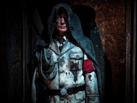 Wolfgang Kortzfleisch (Udo Kier) sollte eigentlich tot sein. Aber da er kein echter Mensch ist, nicht einmal ein echter Nazi, kann er aus dem Hades zurückkehren.