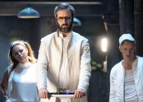 """Donald (Tom Green, Mitte) und seine Jünger sind dem """"Jobsismus"""" verfallen und bräuchten mal wieder ein Software-Update ihres Gehirns."""