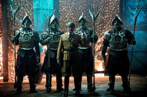 Er ist wieder da: Udo Kier (Mitte) als Reptilien-Hitler.