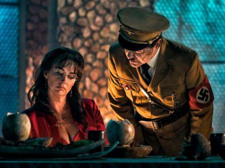 Hitler (Udo Kier) ist der Reptilienbruder von Mondnazi Wolfgang Kortzfleisch.