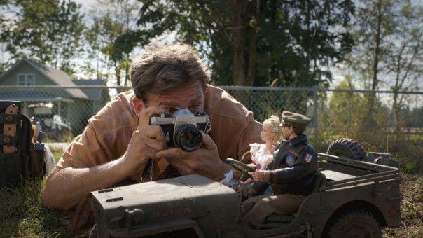In Marwen stellt Mark (Steve Carell) Szenen aus dem Zweiten Weltkrieg nach.