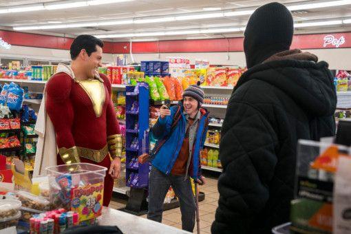 Freddy (Jack Dylan Grazer) ist ganz begeistern von den Kräften seines Superheldenfreundes Shazam (Zachary Levi).