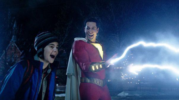 Shazam (Zachary Levi, rechts) kann Blitze abfeuern. Freddy (Jack Dylan Grazer) findet's toll.