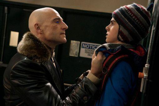 Der fiese Dr. Thaddeus Sivana (Mark Strong) will Freddy (Jack Dylan Grazer) an den Kragen.