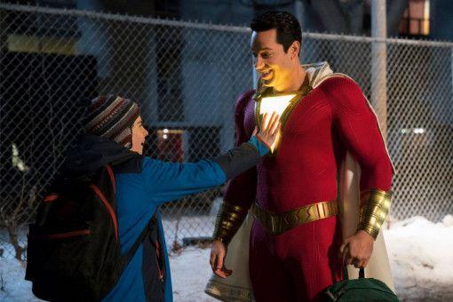 Der kann ja leuchten! Freddy (Jack Dylan Grazer, links) untersucht das Kostüm von Shazam (Zachary Levi).