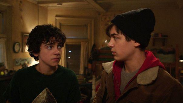 Nachdem er wieder einmal von seiner Pflegefamilie davonläuft, lernt Billy (Asher Angel, rechts) seinen neuen Freund Freddy (Jack Dylan Grazer) kennen.