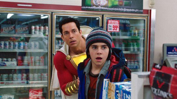 Freddy (Jack Dylan Grazer, rechts) und Shazam (Zachary Levi) haben zunächst vor allem Spaß mit Billy neuen Kräfen. Bald aber wird die Lage ernst.