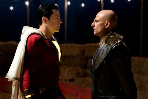Superheld Shazam (Zachary Levi, links) bekommt es mit dem Superschurken Dr. Sivana (Mark Strong) zu tun.