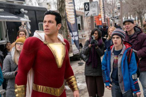 Als die Welt von einem fiesen Schurken bedroht wird, zögert Shazam (Zachary Levi, links) nicht lange.