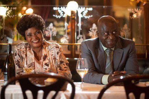 Charles' Eltern Madeleine (Salimata Kamate) und André Koffi (Pascal N'zonzi) haben beim Toleranz-Roulette auch ein Wörtchen mitzureden.