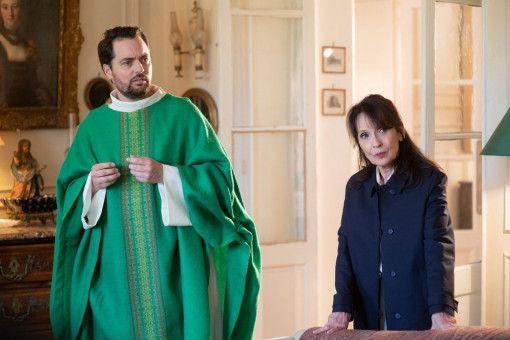 Um Gottes Beistand nicht verlegen: Marie Verneuil (Chantal Lauby) und der Priester ihres Vertrauens (Loïc Legendre).