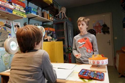 Frido (Luis Vorbach) lebt mit seinem Doppelgänger in einem Zimmer und schaut ihm beim Lernen zu.