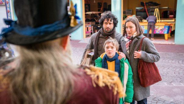 Frido (Luis Vorbach) mit seinem Eltern (Serkan Kaya und Marie Leuenberger).