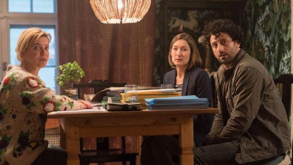 Frau Klawitter (Margarita Broich, links) bringt Fridos Eltern Gesa (Marie Leuenberger) und Michael (Serkan Kaya) auf den neuesten Stand.