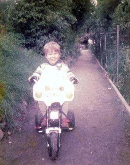 """Mit """"Die immer lacht"""" wurde Kerstin Ott bekannt. Auf diesem Kinderfoto strahlt sie, wie ein Honigkuchenpferd."""