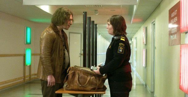 An ihrer Zollschranke lernt Tina (Eva Melander) den Troll Vores (Eero Milonoff) kennen.