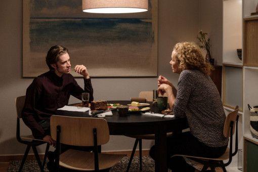 Obwohl sie unter einem Dach leben, hat Kristin (Katja Riemann) hat nur wenig Kontakt mit ihrem Sohn David (Nils Rovira-Munoz).