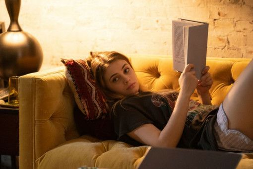 Tessa (Josephine Langford) ist ein Bücherwurm. Hardin findet's heiß.