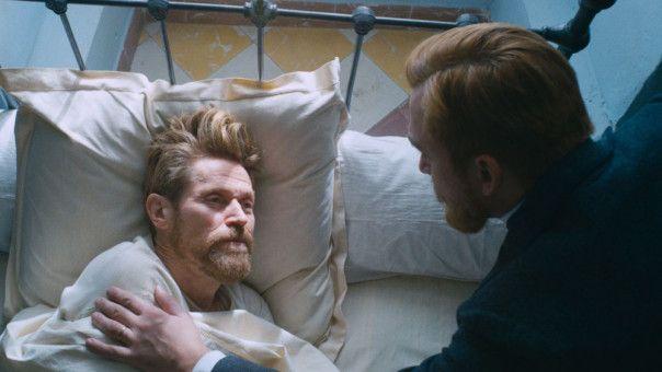 Nachdem er sich das Ohr abgeschnitten und es einer Prostituierten übergeben hat, wird Vincent van Gogh (Willem Dafoe, links) in eine Anstalt eingewiesen. Sein Bruder Theo (Rupert Friend) besucht ihn, kann ihm aber nicht helfen.