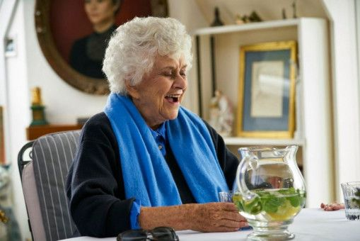 Joan Plowright ist die einzige der vier Freundinnen, die sich bereits zur Ruhe gesetzt hat. Sie ist fast vollständig erblindet.