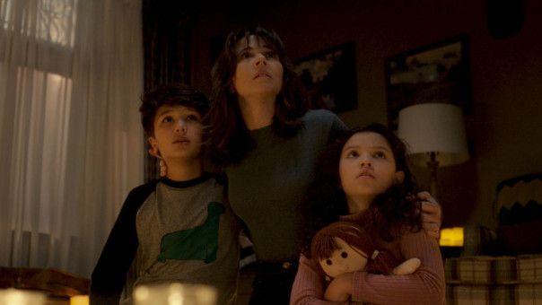 Zusammenhalt ist alles: Die Sozialarbeiterin Anna (Linda Cardellini, Mitte) verteidigt ihre Kinder Samantha (Jaynee-Lynne Kinchen) und Chris (Roman Christou) wie eine Löwenmutter.