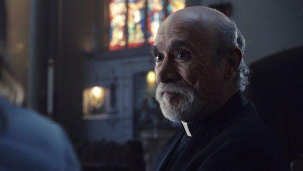 """Der Priester Perez (Tony Amendola) tauchte schon in """"Annabelle"""" auf und erklärt Anna die Legende von La Llorona."""