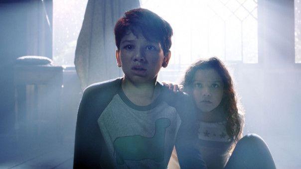 Chris (Roman Christou) und Samantha (Jaynee-Lynne Kinchen) stehen einer unheimlichen Erscheinung gegenüber, die es auf Kinder abgesehen hat.