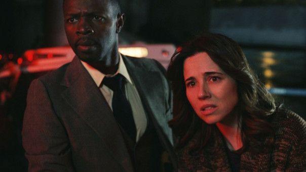 Anna (Linda Cardellini) und Detective Cooper (Sean Patrick Thomas), der frühere Partner ihres toten Mannes, sind bestürzt über den Tod von Patricias Söhnen.