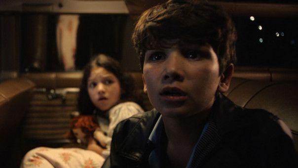 Annas Kinder (Jaynee Lynne Kinchen, Roman Christou) haben Angst um ihr Leben.