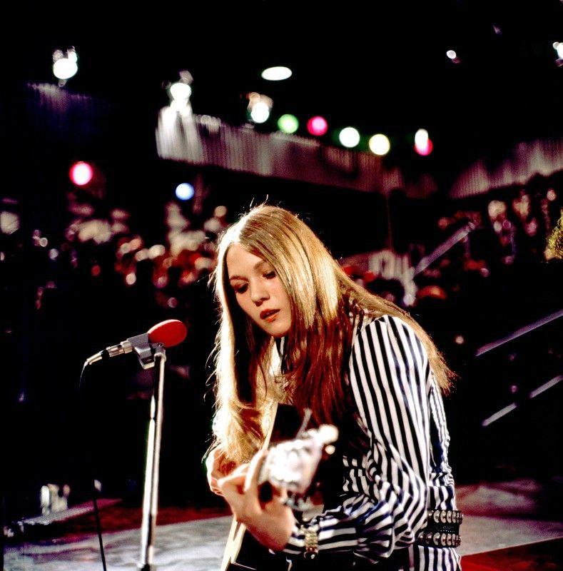Juliane Werding mit Gitarre.
