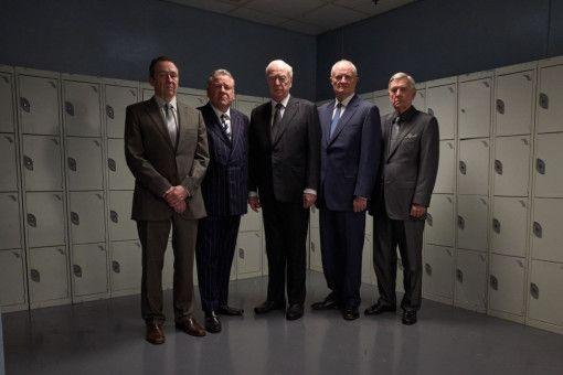 Von links: Die Diebe Carl Wood (Paul Whitehouse), Danny Jones (Ray Winstone), Brian Reader (Michael Caine), Terry Perkins (Jim Broadbent) und John Kenny Collins (Tom Courtenay) brechen am Osterwochenende in einem Gelddepot ein. Doch glücklich werden sie mit der Beute nicht.