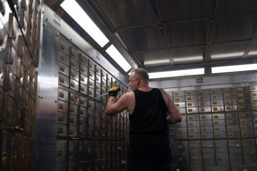Im Inneren des Tresors geht Danny Jones (Ray Winstone) mit brachialer Gewalt zu Werke.
