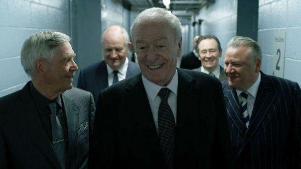 Der Tresor ist geknackt! John (Tom Courtenay), Terry (Jim Broadbent), Brian (Michael Caine), Carl (Paul Whitehouse) und Danny (Ray Winstone) können ihr Glück kaum fassen. Doch das Hochgefühl wird nicht lange anhalten.